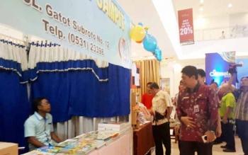Kepala Dinas Pendidikan Kotim, Suparmadi saat meninjau stan pada Expo Education di Citimall Sampit.
