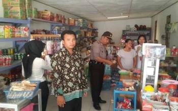 Anggota Satgas Mafia Pangan Polsek Balai Riam saat mengecek makanan dan minuman yang dijual pedagang.