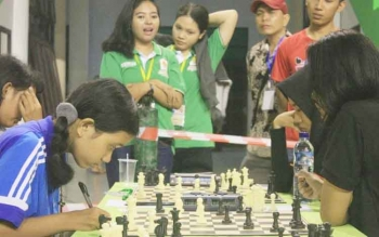 Sejumlaah atlet catur wanita bertanding dalaam Kejurprov Kalteng di Gedung Tenis Indoor Stadion 29 November Sampit