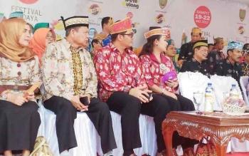 Wakil Bupati Gumas (dua dari kanan) bersama istrinya Hera Maretia menghadiri pemukaan FBIM di Sampit, Kabupaten Kotawaringin Timur, Jumat (19/5/2017) sore ini