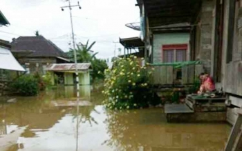 Banjir akibat luapan air Sungai Katingan menggenangi permukiman penduduk Desa Samba Kahayan Kecamatan Katingan Tengah