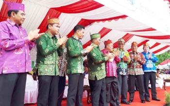 Waki Gubernur Kalteng Said Ismail dan Bupati Kotim Supian Hadi pada Pembukaan FBIM sekaligus karnaval budaya, di Taman Kota Sampit.