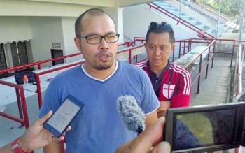 Manajer Kalteng Putra Tomy Irawan didampingi Asisten Manajer Sigit Wido memberikan keterangan kepada wartawan, Jumat (9/5/2017).