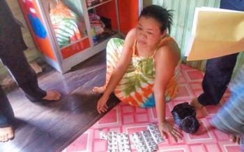Seorang ibu rumah tangga yang nekat menjul zenith saatb diringkus oleh jajaran Polsek Mentaayaa Hulu,