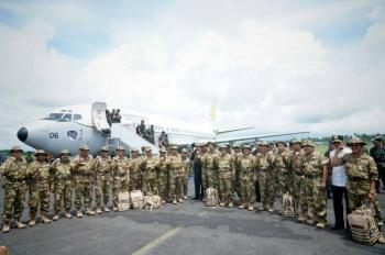 Gubernur Kalteng Sugianto Sabran (tengah) bersama Mendagri Tjahjo Kumolo dan para gurbernur lainnya sesaat setelah turun dari pesawat C130 Hercules milik TNI AU, Jumat (19/5/2017).