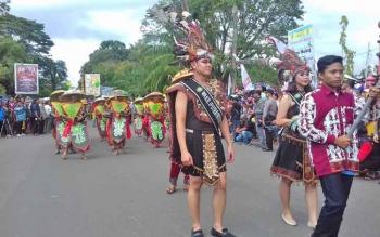 Perwakilan peserta karnaval Budaya Kalteng dari Kabupaten Kotim