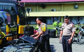 Waka Polda Kalteng Kombes Dedy Prasetyo didampingi Kapolres Kotim AKBP Johanes Pangihutan Siboro saat memeriksa persenjataaan yang ada di Polres Kotim, Jumat (19/5/2017).