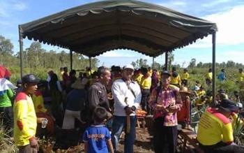 Puluhan Warga Desa Tarung Manuah Kecamatan Basarang bersama pihak Kepolisian gotong royong membuka ladang tanpa membakar.