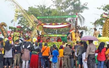 Suasana karnaval budaya di Taman Kota Sampit saat diguyur hujan deras, Jumat (19/5/2017).