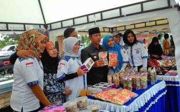 Wali Kota Palangka Raya Riban Satia bersama sejumlah pelaku UMKM.