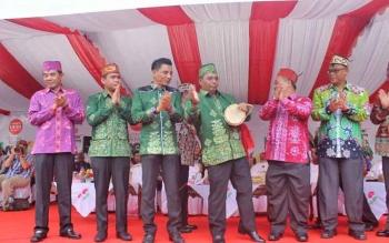 Bupati Kotim H Supian Hadi hadir dalam kegiatan Karnaval Budaya Isen Mulang bersama jajaran Wakil Gubernur Kalteng serta pejabat dilingkungan Provinsi Kalteng, dan Kabupaten Kota di Kalteng.