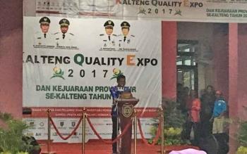 Bupati Kotim Supian Hadi saat menyampaikan sambutan pada pembukaan Kalteng Quality Expo di Sampit, Jumat (19/5/2017) malam.