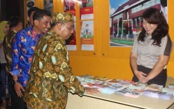 Wakil Gubernur Kalteng Habib Said Ismail didampingi Bupati Kotim Supian Hadi sedang mengunjungi stand pesrta di Kalteng Quality Expo, Jumat (19/4/2017) malam.