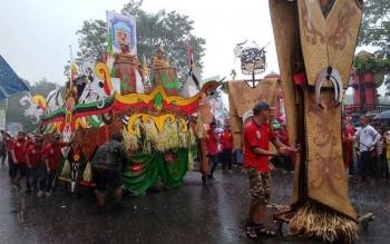 Penampilan kontingen Murung Raya pada Pawai Budaya Isen Mulang