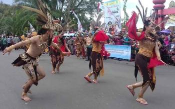 Penampilan kesenian dan budaya pada karnaval budaya Isen Mulang.