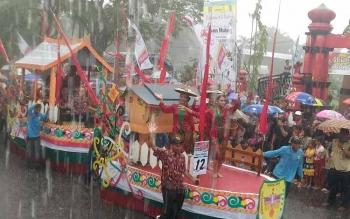 Kontingen Kabupaten Gumas mengikuti pawai budaya di taman kota Sampit, Kabupaten Kotawaringin Timur, kemarin sore.