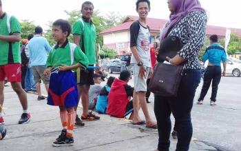 Ari (baju hijau) salah satu peserta lomba Balogo pada FBIM yang tergolong muda.