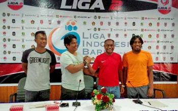Pelatih Perssu Real Madura, Yusron (dua dari kiri) dan Pelatih Kalteng Putra, Kas Hartadi (dua dari kanan) berjabat tangan dalam jumpa pers, Sabtu (20/5/2017).