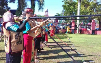 Para atlet dari 13 kabupaten dan satu kota sedang beradu ketangkapan menyumpit diajang FBIM di Sampit