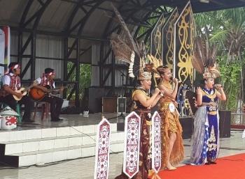 Tiga perempuan cantik ini sedang membawakan lagu daerah dalam festival budaya isen mulang di Taman Kota Sampit, Sabtu (19/5/3017)