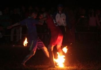 Atlet sepak sawut dari Kabupaten Kotawaringin Timur sedang berebut bola dengan atlet dari Kabupaten Gunung Mas saat semi final, Sabtu (20/5/3017) malam