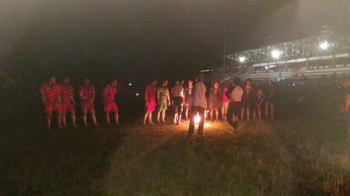 Pertandingan sepak sawut antara tim Gunung Mas melawan tim Barito Timur, Sabtu (20/5/2017) malam.