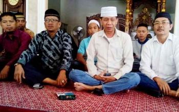 Ketua KUI Kalteng, Rumsyah Bagan (Tengah,peci putih), Katma F Dirun (kanan Rumsyah), dan Sajarwan (Kiri Rumsyah) bersana perwakilan ormas islam lainnya di Masjid Aqidah, Minggu