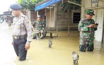 Aparat ketika melihat banjir di Mandau Telawang, Kapuas.