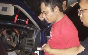 Sejumlah anggota satreskoba saat menemukan barang bukti berupa sabu di dalam mobil tersangka.