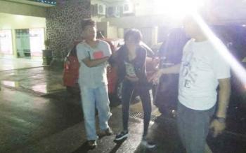 Sejumlah anggota Resmob Polres Kotim saat menggiring tersangka pencurian yang mereka tangkap.