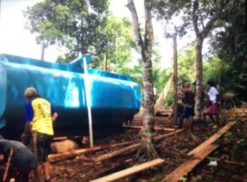 Warga gotong royong membangun bak penampungan untuk menyalurkan air bersih dari bukit ke rumah warga di Desa Panahan Kecamatan Arut Utara Kabupaten Kobar.