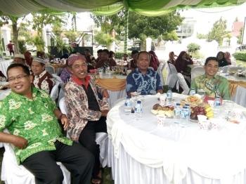 Wakil Walikota Palangka Raya, Mofit Saptono (dua dari kanan) duduk bersama dengan Asisten III Pemprov Kalteng I Ketut Widi Wiryawan (kanan) bersama pengurus Pakuwojo Sri Harianto (dua dari kiri) dan Ketua Paguyuban Warga Bantul Palangka Raya, Mulyono (kir