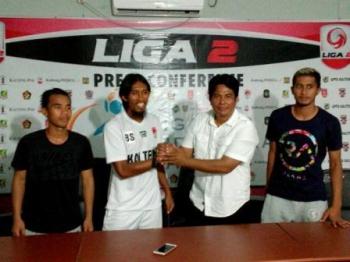 Asisten Pelatih Kalteng Putra, Budi Sudarsono (dua dari kiri) berjabat tangan dengan Pelatih Perssu Real Madura, Yusron.