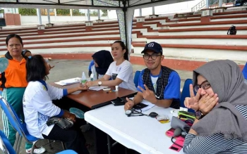 Petugas BPJS Kesehatan Kantor Cabang Muara Teweh memeriksa kesehatan para peserta JKN-KIS yang tergabung dalam Klub Prolanis di arena Tiara Batara Muara Teweh