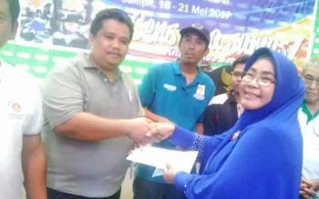 Atlet catur Gunung Mas Budidharma (kiri) menerima penghargaan dari Ketua Harian Pengprov Percasi Kalteng Noorhayati