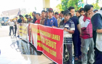 Ratusan penambang emas Kecamatan Lahei saat mendatangi Kantor DPRD Barito Utara, Senin (22/5/2017)