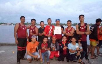 Tim dayung tradisional putra asal Murung Raya saat mendapat juara pertama pada Festival Budaya Isen Mulang di Sampit