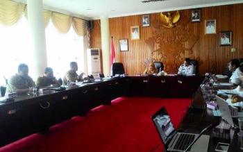 Sulaksmi, Asisten Pemerintahan dan Eldy Kadishub Kota Palangka Raya memimpin rapat, Senin (22/5/2017)