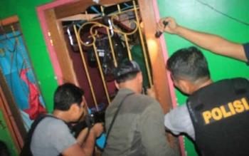 Anggota Polres Gumas saat melakukan penggerebekan di rumah tersangka YL, di Kuala Kurun, Minggu (21/5/2017).