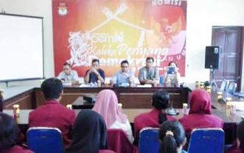 Suasana saat mahasiswa KKN UMP Kampus 2 Kasongan beekunjung ke rumah pintar, Kaleka Penyang Demokrasi, Senin (22/5/2017).