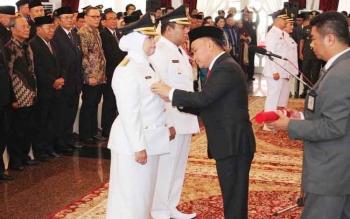Gubernur Sugianto Sabran menyematkan tanda kewenangan kepada Bupati Kobar Nurhidayah di Istana Isen Mulang, Senin.