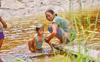 Warga RT 13 Kelurahan Baru, Pangkalan Bun tengah mandi di sungai kecil, Senin (22/5/2017). Warga dusun ini kakurangan air bersih sejak lama. Meski letaknya berada tidak jauh dari jantung Kota Pangkalan Bun.