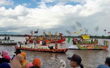 Jukung hias berparade di Sungai Mentaya, Senin (22/5/2017)