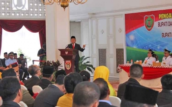 Gubernur Kalteng Sugianto Sabran memberikan arahan kepada pejabat seusai melantik bupati, Senin (22/5/2017)