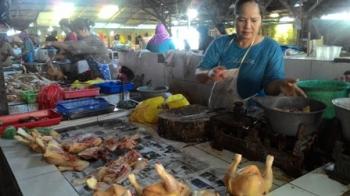 Pedagang daging ayam ras di Pasar Rajawali, Palangka Raya, Senin (22/5/2017).