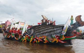 Jukung hias ikon kota Patung Jelawat saat melintasi Sungai Mentaya dalam FBIM, Senin (22/5/2017) sore.