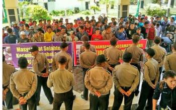 Ratusan penambang emas tradisional asal Kecamatan Lahei menyampaikan aspirasi di halaman kantor DPRD Kabupaten Barito Utara, dengan dikawal petugas kepolisian, Senin (22/5/2017).