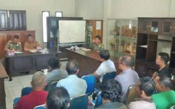 Sosialisasi Satpol PP dan Disperindag Kota Palangka Raya terhadap pedagang di Jalan S Parman dan Jalan Patih Rumbih, Senin (22/5/2017).