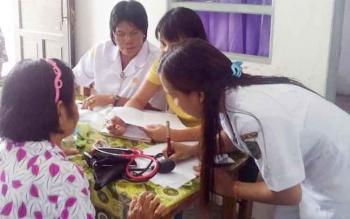Tenaga Kesehatan di Pulang Pisau saat melayani masyarakat.