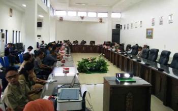 Para penambang emas asal Kecamatan Lahei mengadakan pertemuan dengan jajaran DPRD, Polres, dan, perwakilan Pemkab Barito Utara, Senin (22/5/2017).